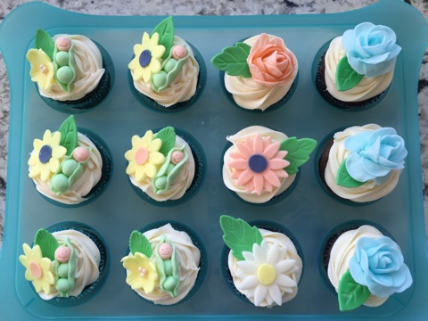 fondant decorated cupcakes - Decorating Baby Shower Cupcakes